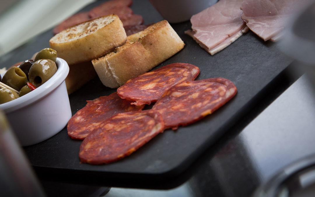 Salami, chorizo, saucissons